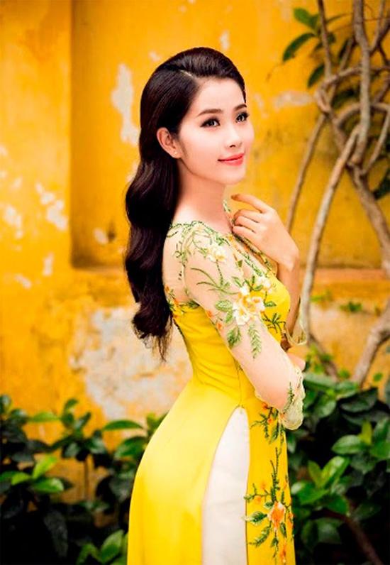 Cô năm nay 19 tuổi, đến từ Tiền Giang và hiện là sinh viên năm hai trường Đại học Văn hóa Nghệ thuật Quân đội ở Hà Nội.