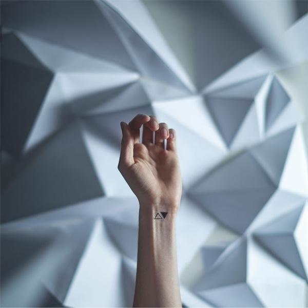 Một hình xăm với những ô khối góc cạnh thay cho điều muốn nói: bạn là một cô gái cá tính, lạnh lùng và phức tạp.