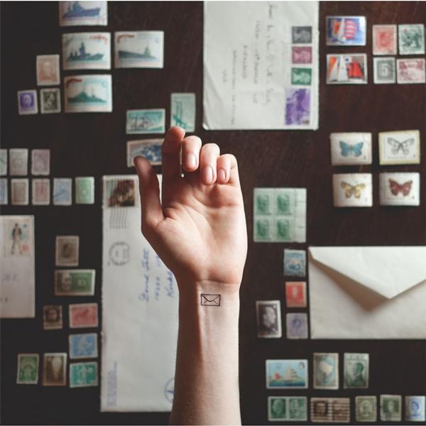 Hình xăm lá thư thường được các cô nàng yêu thích sự ấm áp, gần gũi ưa chuộng.