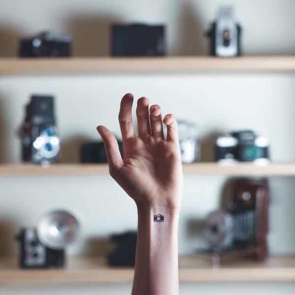 Hình xăm máy ảnh tất nhiên là dành cho những nàng yêu thích nghệ thuật rồi.