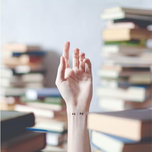Một cô nàng thích đọc sách sẽ rất hợp với hình xăm dấu ngoặc kép.
