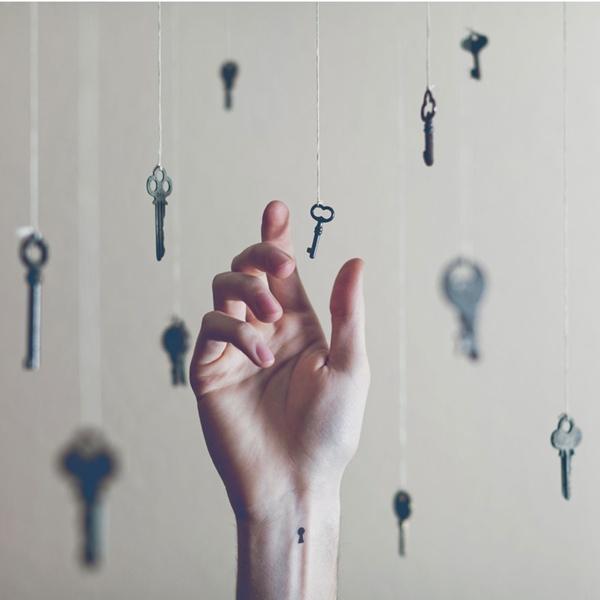 Hình xăm 'ổ khóa' muốn nói: bạn đang chờ đợi ai đó giải mã những bí mật từ bạn.