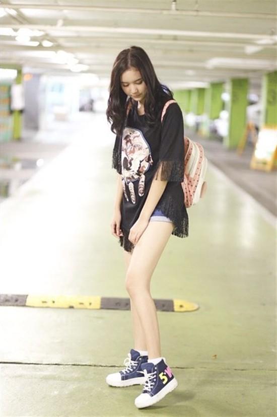 Áo phông sành điệu kết hợp cùng quần short denim khiến các cô nàng phong cách và xì tai hơn hẳn.