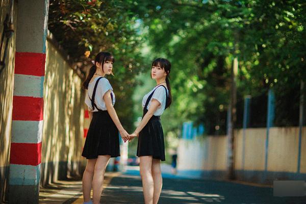 Mới đây, hai chị em song sinh 18 tuổi Vương Tử Kinh - Vương Tử Vi thu hút nhiều sự chú ý của cộng đồng mạng Trung Quốc nhờ bộ ảnh xinh đẹp được chia sẻ rần rần trên mạng xã hội.