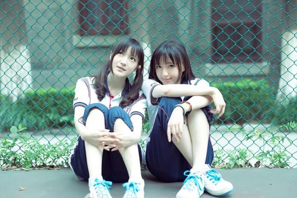 Tử Kinh và Tử Vi hồi nhỏ sức khỏe rất yếu, được bố mẹ gửi vào trường thể dục nghiệp dư ở thành phố Nam Kinh để rèn luyện. Hai chị em xinh đẹp từng được chọn làm đại biểu trong hoạt động văn hóa tại Đại hội thể thao trẻ châu Á 2013 và Olympic trẻ 2014 tổ chức tại Nam Kinh.