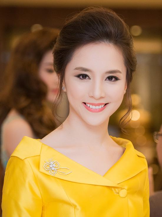 Á hậu Dương Trương Thiên Lý ngày càng xinh đẹp, quý phái. Chị hiện là Giám đốcquốc gia tổ chức Hoa hậu Hoàn vũ tại Việt Nam