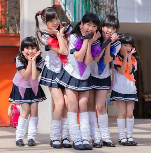 Nhóm Soror Beibi gồm 5 thành viên, đeo nơ 5 màu khác nhau khi trình diễn: Nakamura Tina 11 tuổi (màu đỏ), Arita Arai 10 tuổi (màu hồng), Kikuchi Arisa (màu tím), Yamaguchi Yunon 7 tuổi (màu xanh), Yamaguchi Sion 5 tuổi (màu cam).