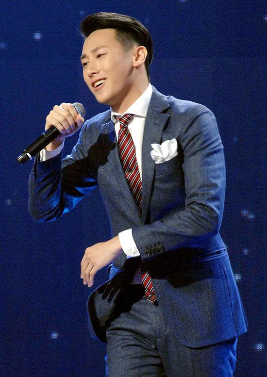 Nam thí sinh này là Nguyễn Trần Hưng Long, được biết đến nhiều hơn với biệt danh Rocker Nguyễn - hot boy cao 1m85 được nhiều bạn trẻ Việt mến mộ. Trong phần thi đầu tiên của mình, anh thể hiện ca khúc  When I Was Your Man của Bruno Mars với đôi mắt hút hồn và giọng hát dịu dàng, ấm áp.