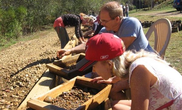 Mỏ Cherokee Ruby & Sapphire là nơi thử thách lòng kiên nhẫn của bạn bằng cách đãi sỏi tìm ngọc. Bạn có thể tìm được các loại đá ruby, sapphire và hàng chục các loại đá quý khác ở đây, miễn là có sức kiên trì.