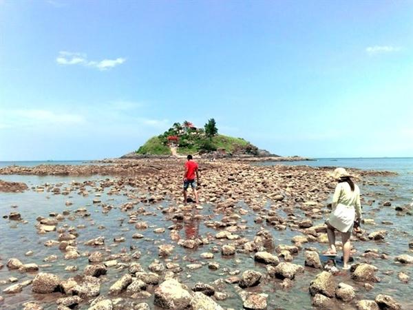 Vào ngày 14 và 15 âm lịch hàng tháng, thủy triều xuống thấp, biển sẽ tự động dạt ra 2 bên, và bạn có thể mon men theo lối đi đặc biệt này để đi ra đảo Bà.