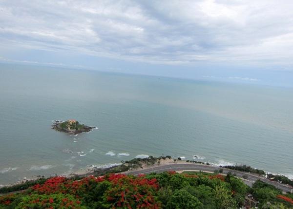 Ngoài ra, nơi đây còn gây tò mò bởi tò mò bởi hiện tượng biển rẽ đường hiếm hoi trên Việt Nam và cả trên thế giới.