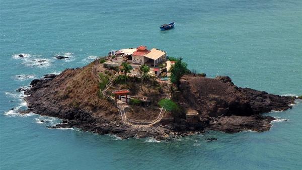 Những ngày còn lại trong tháng, đảo Bà cách ly với đất liền. Muốn ra đảo, bạn phải đi tàu theo đường vòng khá xa vì gần đảo có nhiều bãi đá ngầm.