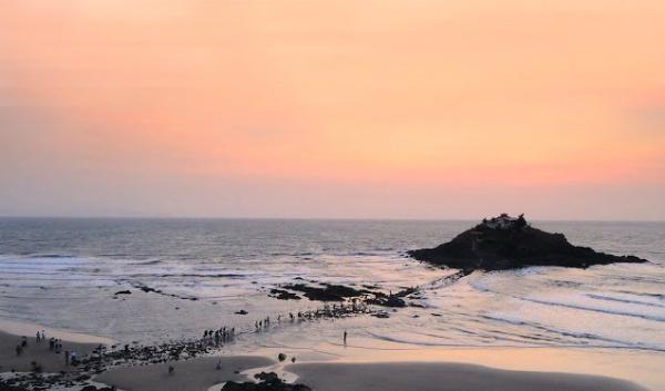 Đông đảo bạn trẻ tụ tập khi con đường xuyên biển độc đáo xuất hiện.