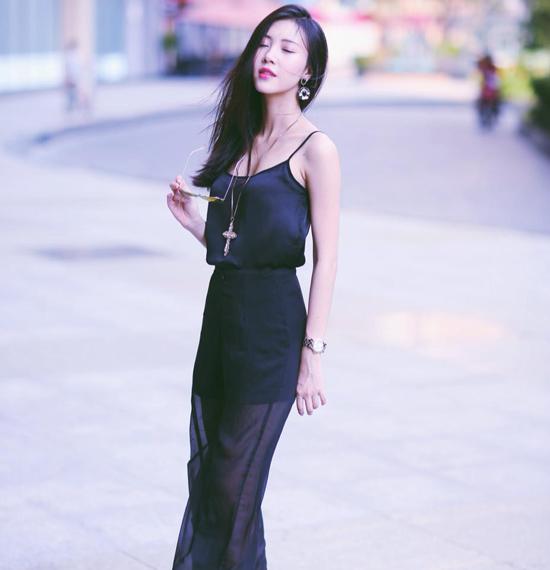 """Khi ra phố, cô nàng cũng không quên """"nâng tầm"""" cho bộ đồ bằng những món phụ kiện đắt tiền,Khuyên tai to bản là món phụ kiện được Ngọc Châm yêu thích cả trong những bức hình thời trang và đời thường."""
