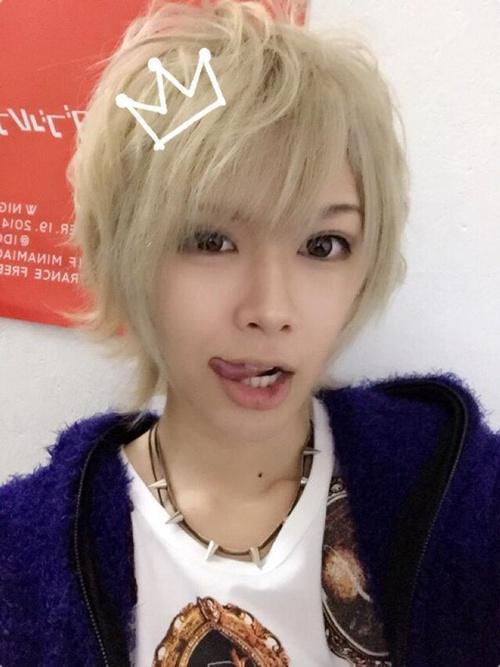 Kiểu pose ảnh le lưỡi tinh nghịch của Root cũng được nhiều teen Nhật học tập.