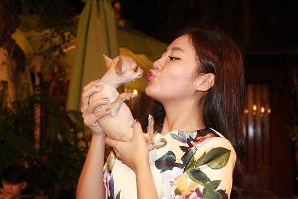 """Bé cún nhà Văn Mai Hương tên Coco, bé thường được ca sĩ """"Nếu như anh đến"""" gọi yêu là """"con"""" và xưng là """"mẹ"""" rất ngọt đấy."""