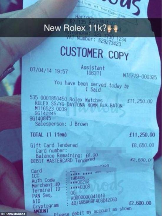 Mỗi lần mua sắm, họ đều tung hóa đơn với con số choáng váng, chẳng hạn như một chiếc đồng hồ Rolex có giá 11.000 bảng Anh.