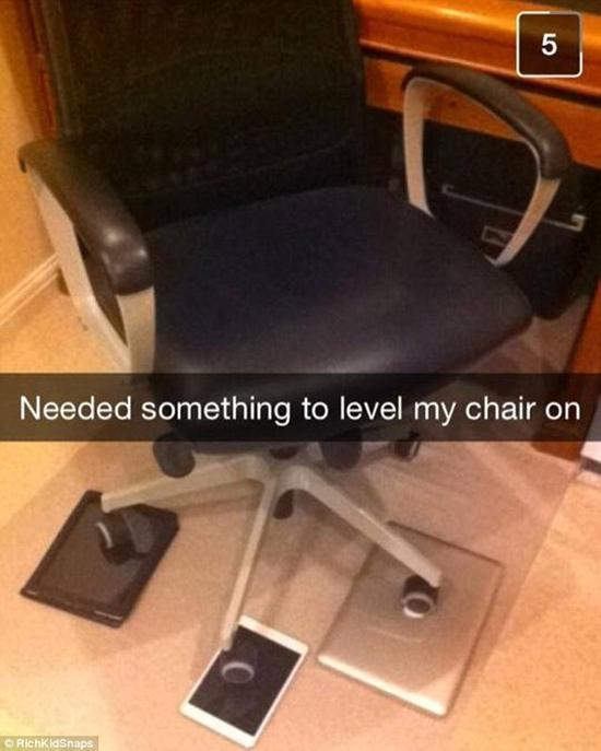 Lót máy tính bảng vì ghế ngồi thấp là