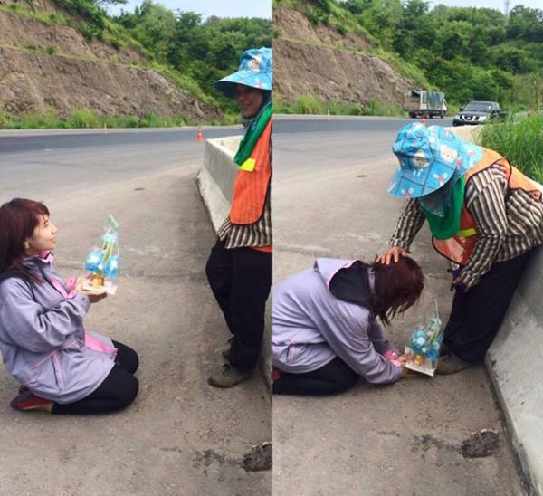 Cô bạn dâng quà và quỳ lạy người mẹ quét rác.