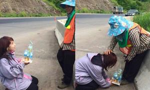 Con gái quỳ lạy người mẹ quét rác gây xúc động