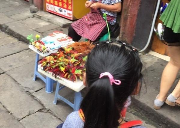Không ít teen còn hài hước cho rằng, tình trạng ô nhiễm ở Bắc Kinh đã nghiêm trọng đến mức, trên đầu mỗi người đã mọc thêm những