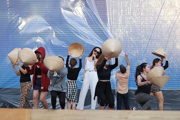 Chiều qua (29/08) tại sân vận động quân khu 7 đã diễn ra buổi tập dợt sân khấu cho đêm nhạc hội tri ân khán giả của do Unilever tổ chức với quy mô hoành tráng cùng sự góp mặt của hơn 20 ngôi sao nổi tiếng