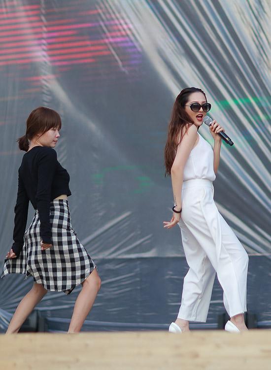 Bảo Anh diện trang phục trắng xnh tươi đi tập chương trình, lần này cô đem đến ca khúc Hello Vietnam với tinh thần của một thế hệ trẻ Việt Nam