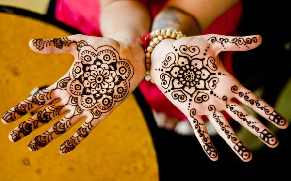 Vẽ Henna là 1 loại hình xăm nghệ thuật không vĩnh viễn. Mực henna chiết xuất từ cây lá móng, khi nghiền nhuyễn thành bột và thêm 1 số thành phần tự nhiên khác sẽ trở thành 1 loại thuốc nhuộm thiên nhiên hoàn toàn an toàn cho da. Màu henna khi vẽ là màu đen nhưng sau 20 mực khô và bong, ta sẽ thấy 1 màu nâu cam rất đẹp. Màu sẽ phai dần và mất trong khoảng 2 tuần .Henna có rất nhiều họa tiết và mỗi họa tiết lại có nhiều ý nghĩa khác nhau.