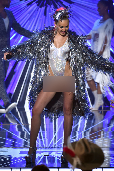 hbz-miley-cyrus-vma-outfits-ne-8267-7731