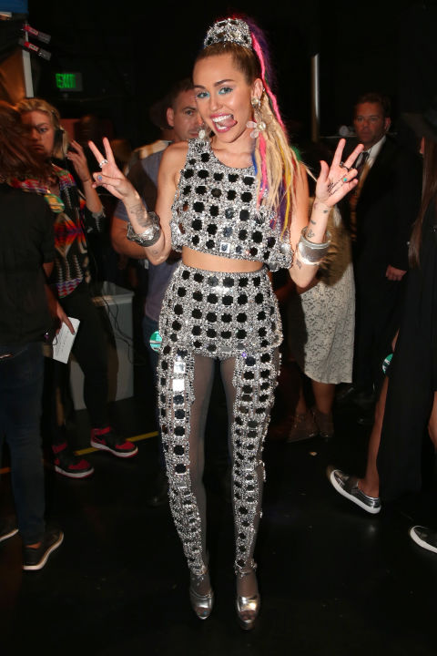 hbz-miley-cyrus-vma-outfits-ne-9846-6129