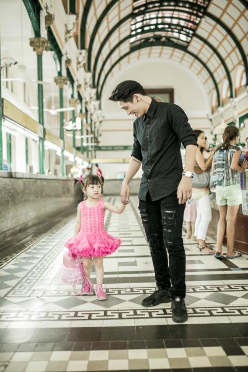 Mới đây, bé Bông có dịp theo gia đình vào Sài Gòn để du lịch, Tronie đã tạm gác mọi lịch trình để dẫn con gái nuôi tham quan Sài Gòn. Đặc biệt, cô bé cực kỳ ngoan ngoãn và nghe lời mỗi khi ở bên cạnh Tronie, 2 tuổi nói chưa rành nhưng lúc nào bé Bông cũng kêu bố Thành, bố Thành&Mỗi lần ở bên cạnh con gái, mọi mệt mỏi của Tronie đều được vơi đi bớt, sự hồn nhiên trong sang của cô bé khiến tâm trạng anh chàng rapper cá tính trở nên vui vẻ hơn.