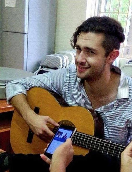 Thầy Josh đàn hát để học sinh ghi lại.