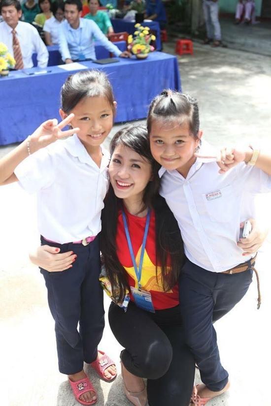 Á hậu Diễm Trang rạng ngời chụp ảnh cùng các em nhỏ trong một sự kiện chào mừng ngày 2/9.