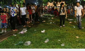Đường phố la liệt rác sau đêm bắn pháo hoa