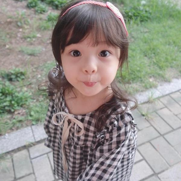 """Cộng đồng mạng Facebook và Instagram """"phát sốt"""" với cô bé 4 tuổi Kim Jae Eun,   có bố là người Nhật Bản và mẹ là người Hàn Quốc."""
