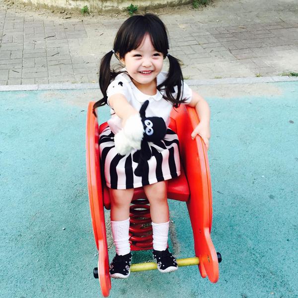 Bé Jae Eun có 256.000 người theo dõi trên Facebook và 163.000 follower trên   Instagram.