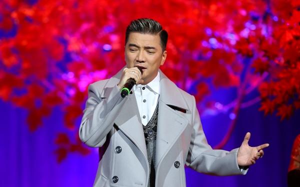 Đàm Vĩnh Hưng đã mở đầu chương trình với Mùa thu cho em của Ngô Thụy Miên với những tràng pháo tay của cả khán phòng dành cho sự xuất hiện của anh và khung cảnh lãng mạn,đầy lá vàng rơi trên sân khấu.