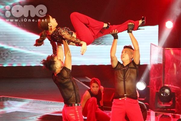 Những động tác vũ đạo bê đỡ trên không được Hoàng Thùy Linh tự tin đưa vào tiết mục nhằm tăng độ hấp dẫn.
