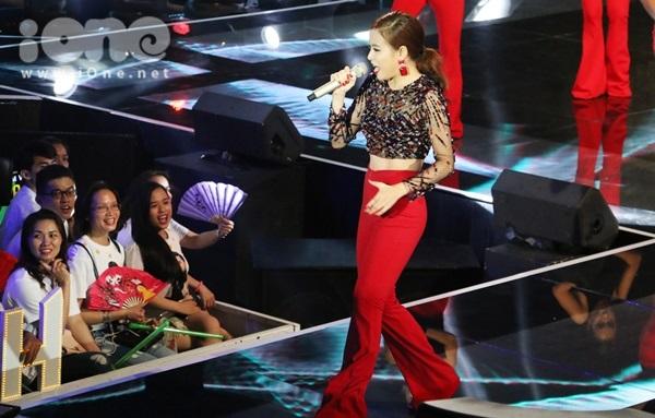 Cô nàng hòa nhịp cùng các khán giả có mặt tại trường quay.
