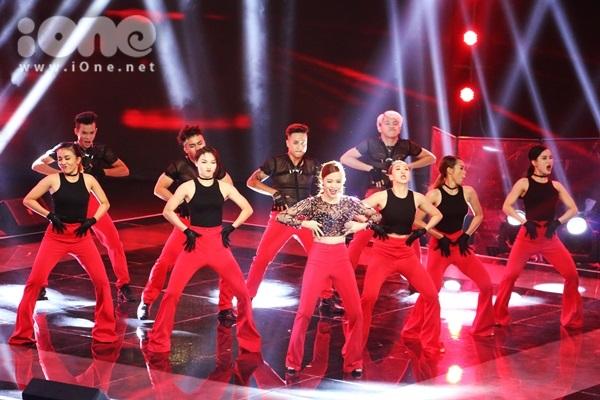 Hoàng Thùy Linh xuất hiện trên sân khấu Giọng hát Việt 2015 với tư cách là khách mời.