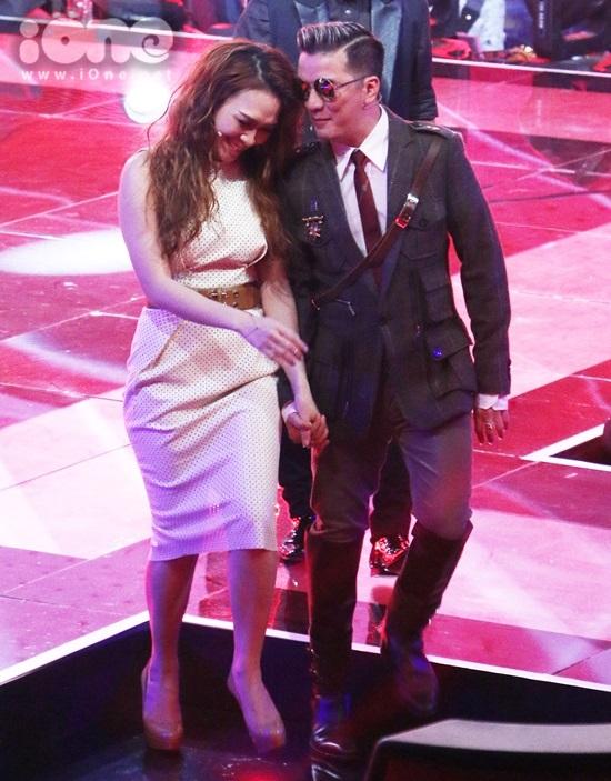 Ông hoàng nhạc Việt ghé tai thì thầm với Mỹ Tâm khi di chuyển về ghế nóng khiến nữ ca sĩ cười thích thú