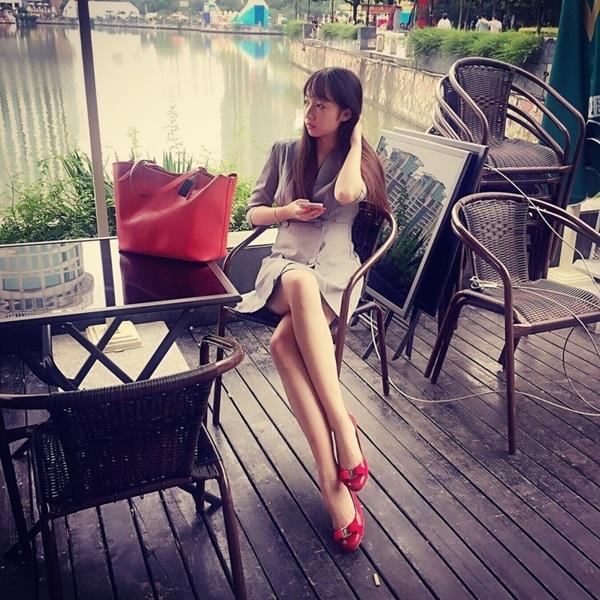 Đới Ngọc cũng có một đôi chân dài miên man khiến không ít bạn gái phải trầm trồ ngưỡng mộ.