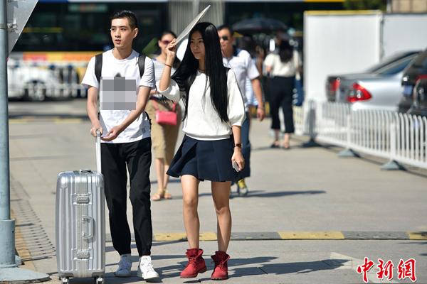 Ngày 7/9, hàng trăm tân sinh viên Học viện Điện ảnh Bắc Kinh khóa 2015 đến trường   làm thủ tục nhập học.