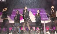 Các nhóm nữ Hàn tươi cười bất chấp sự cố khi diễn ngoài trời