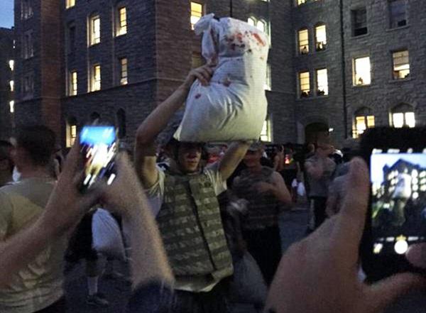 Sinh viên đánh nhau bằng gối trong lễ hội.