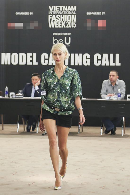 Ban giám khảo Singapre gồm ông Frank Cintanami  Chủ tịch Hiệp hội thời trang cao cấp châu Á (ACF), bà Lê Thị Quỳnh Trang  Chủ tịch Vietnam International Fashion Week, ông Jason Baumann  Giám đốc điều hành của BeU Models và ông Kovit Ang  Chuyên gia catwalk đến từ Singapore.
