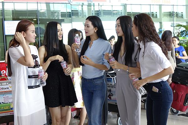 Dù đến từ nhiều vùng miền khác nhau nhưng qua quá trình đồng hành tại cuộc thi, các người đẹp bắt đầu thân thiết với nhau.