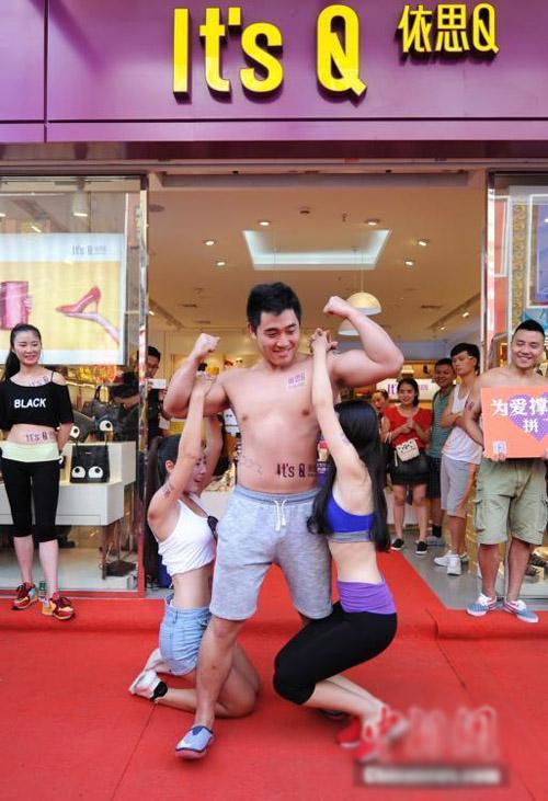 Các chàng trai phô trương sức mạnh cơ bắp. Hầu hết những người tham gia cuộc thi đều là huấn luyện viên các phòng tập gym ở địa phương.