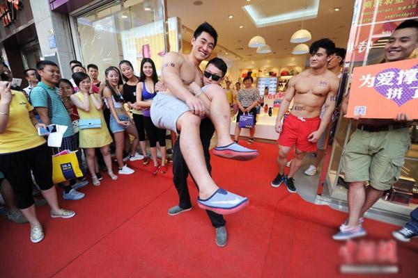 Cuộc thi không chỉ thử thách về sức khỏe, sự dẻo dai của các thí sinh mà còn tạo cơ hội cho các thí sinh đọ sức với nhau.