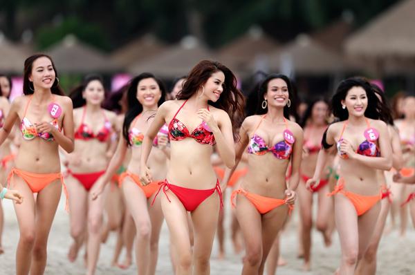 Sáng ngày 12/09, các thí sinh Hoa hậu Hoàn vũ Việt Nam 2015 đã tham gia hoạt động vui chơi trên biển với trang phục áo tắm. Đây còn là buổi ghi hình quan trọng phục vụ cho đêm bán kêt Hoa hậu Hoàn vũ Việt Nam 2015 diễn ra vào đêm 15/09 tới đây.